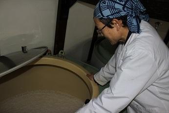 サーマルで醸造する平岡さん
